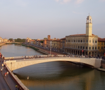 Lungarno,_Pisa_-_middle_bridge.JPG
